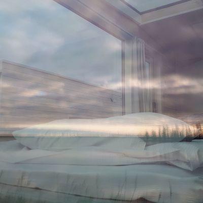 Merinäkymä heijastuu pienhuvilan ikkunasta.