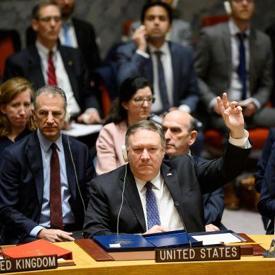 Mike Pompeo äänestämässä Yhdistyneiden Kansakuntien turvallisuusneuvoston kokouksessa.