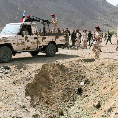 Jemenin turvallisuusjoukot tutkivat iskupaikkaa Adenissa.