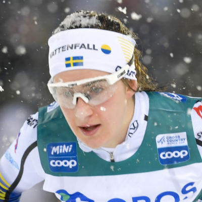 Ebba Andersson åker skidor.