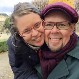 Kuvataiteilija Tero Annanolli ja morsian Rodinin puistossa Ranskassa.