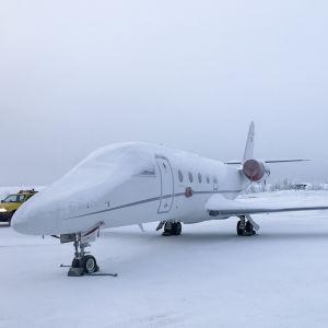 Olycksplanet, en snötäckt privatjet av typen Gulfstream G150 på Kittilä flygplats i Lappland i januari 2018.