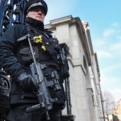 Poliisi partioimassa Lontoossa 20. joulukuuta.