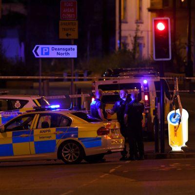 Poliiseja Manchester Arenan edustalla.