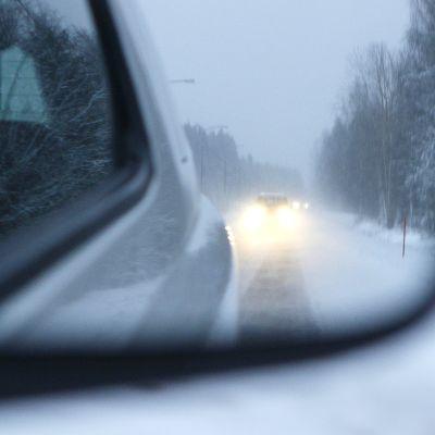 auton sivupeili ja luminen maantie
