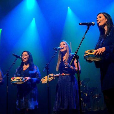 Sånggruppen Ialma på scenen. Fyra kvinnor sjunger i mikrofon.
