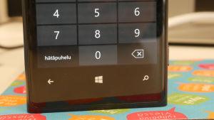 Nokian Windows-puhelimen lukitusnäyttö, teksti hätäpuhelu