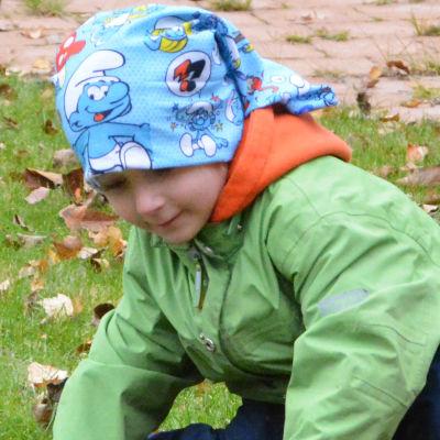 Barn krattar höstlöv.