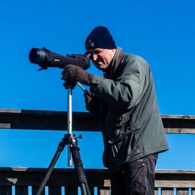 Fågelskådare Magnus Östman i fågeltornet.
