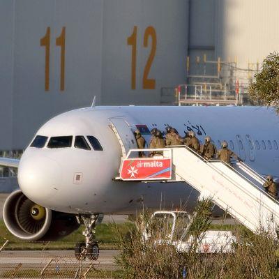 Erikoisjoukot menevät lentoyhtiö Afriqiyah Airwaysin kaapattuun koneeseen.
