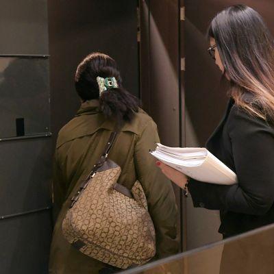 Muusikko Musta Barbaarin (James Nikander) äiti menossa oikeussaliin Helsingin käräjäoikeudessa keskiviikkona 22. marraskuuta 2017.