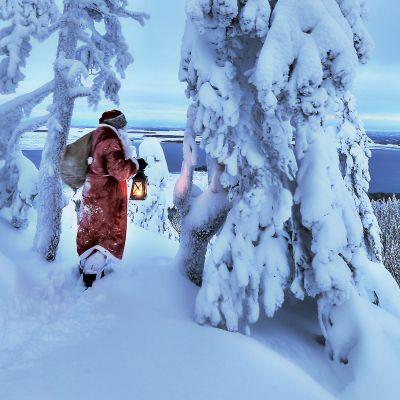 joulupukki talvisessa maisemassa