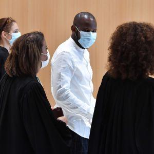 Vittnet Lassana Bathily hjälpte människor att fly undan beväpnade attentatsmän. Rättegång 2.9.2020 i Paris