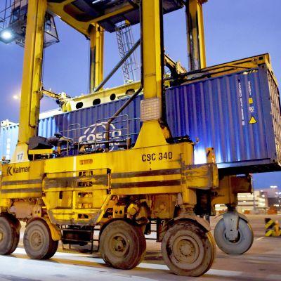 Konttilukki siirtää merikonttia Vuosaaren satamassa Helsingissä.