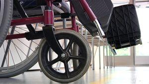 Rullstol i sjukhuskorridor.