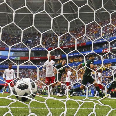 Mile Jedinak har satt bollen i Danmarks mål.