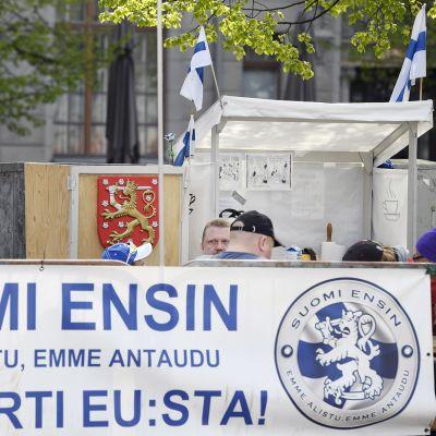 Suomi ensin -mielenosoitusleiri Maailma kylässä -festivaalin liepeillä Rautatientorilla Helsingissä.