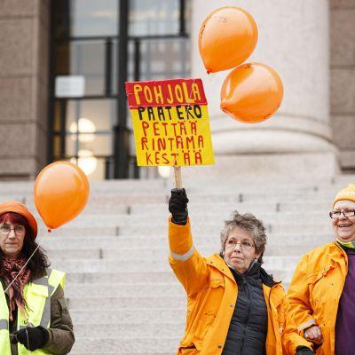 Posti ja logistiikka-alan unioni PAU:n aktiivit järjestivät mielenosoituksen eduskuntatalon edustalla torstaina 21. marraskuuta