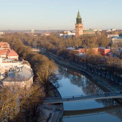 Aurajoen päältä kuvattu ilmakuva, jossa näkyy Aurajoki, kirjastosilta ja Turun tuomiokirkko.