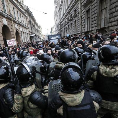 Pietarissa mielenosoittajia oppositiojohtaja Aleksei Navalnyia tukevassa mielenosoituksessa.