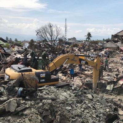 Grävmaskin används för att leta efter lik efter jordbävning och tsunami i Palu i Indonesien.