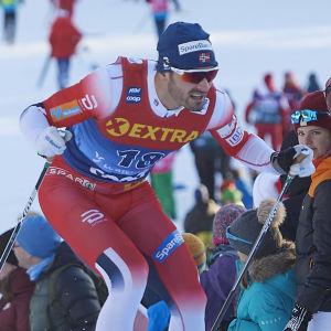 Hanc Christer Holund skejtar uppför en backe.