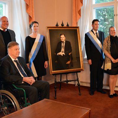 Väistyvä kaupunginjohtaja Kari Koski sai muotokuvan Raumalla.