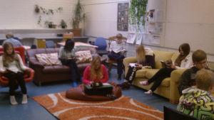 Sohvia ja säkkituoleja koululuokassa