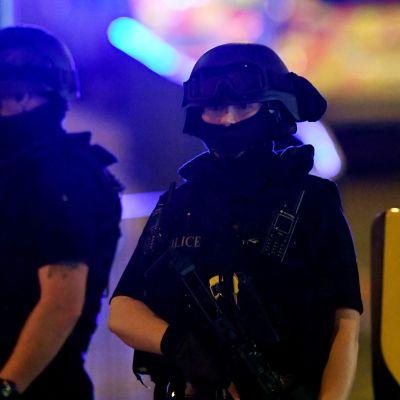 Poliiseja partioimassa räjähdyksen jälkeen Manchester Arenan lähellä tiistaina.