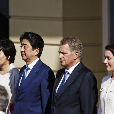 Japanin pääministeri Shinzo Abe ja hänen vamonsa Akie Abe tervetuliaistilaisuudessa Helsingissä maanantaina.