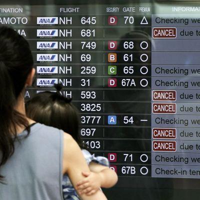 Myös Hanedan lentoasemalla kulkevia lentoja peruttiin taifuunin takia.
