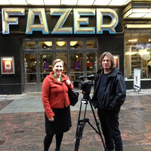 Paula salovaara med fotografen henrik Leppälä utanför fazers kafe i Helsingfors