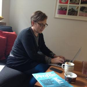 Paula salovaara på jobb vid firman Räty-Salovaara-Blåfield
