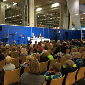Publik under bokmässan i Helsingfors.