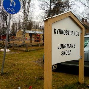 Skylt vid infarten till Kyrkostrands-Jungmans skola