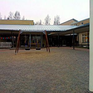 Framför huvudingången till Kyrkostrands-Jungmans skola finns gungor.
