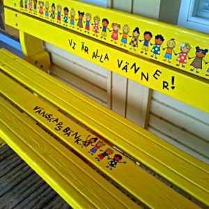 Vi är alla vänner står det på vänskapsbänken utanför Kyrkostrands-Jungmans skola.