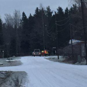 Polis o brandmän har spärrat av området.