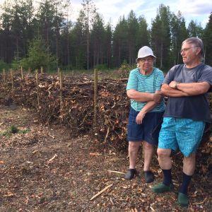 Eila ja Pentti Hiltunen nojaavat 30 metriä pitkään ötökkäaitaan.