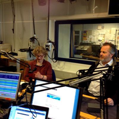 Anne Suominen och Jan Sundberg i Radiohusets studio.