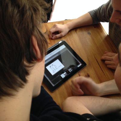 pojkar surfar på nätet