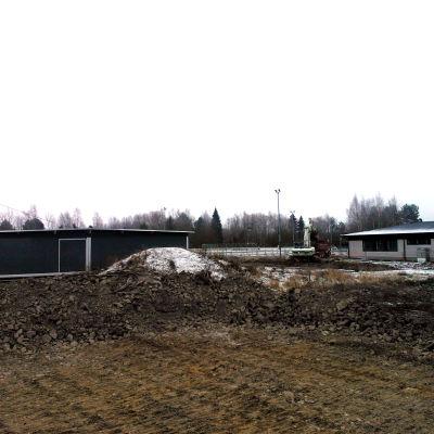 Bygget av Tervajoki skola, till höger den gamla skolan och till vänster barackbyggnaden som lektionerna hålls i under byggtiden.