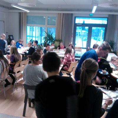 Elever äter tårta i en matsal