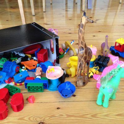 leksaker utspridda på golvet