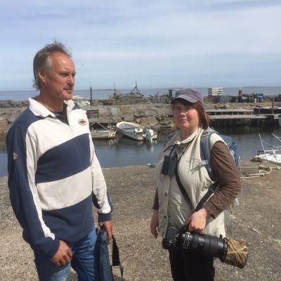 Man och kvinna står i båthamn