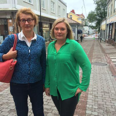 Ledande turistsekreterare i Raseborg Viveca Blomberg och Alexandra Stoor, ordförande för Ekenäs centrumförening.