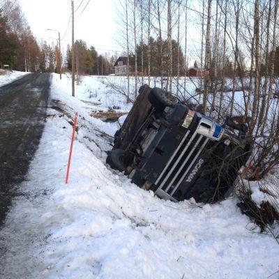 En lastbil i diket vid Laggnäsvägen i Öja, Karleby.