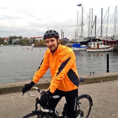 Kai Inkinen cyklar till jobbet.