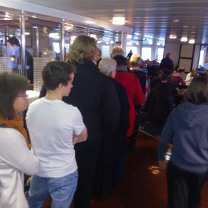 Kön är lång till cafét. En del av passagerarna tycker att det var lite dåligt förberett.