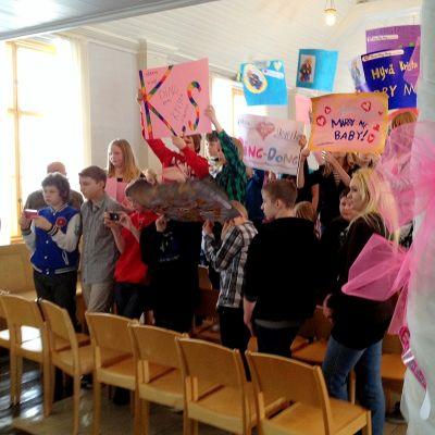 Skolbarnen i Kaskö välkomnade Krista till Bladhska gården.